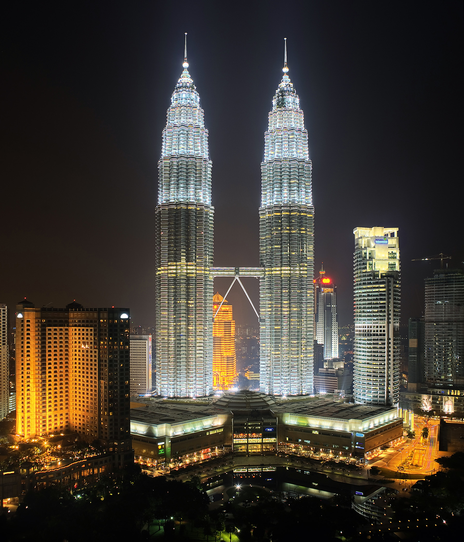petronas twin towers At the podium level, the petronas twin towers feature the following : the 864-seat dewan filharmonik petronas, a venue of architectural and acoustic distinction.